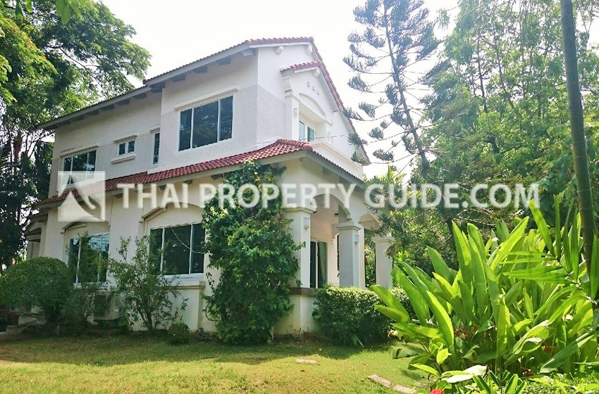 House with Shared Pool for rent in Srinakarin